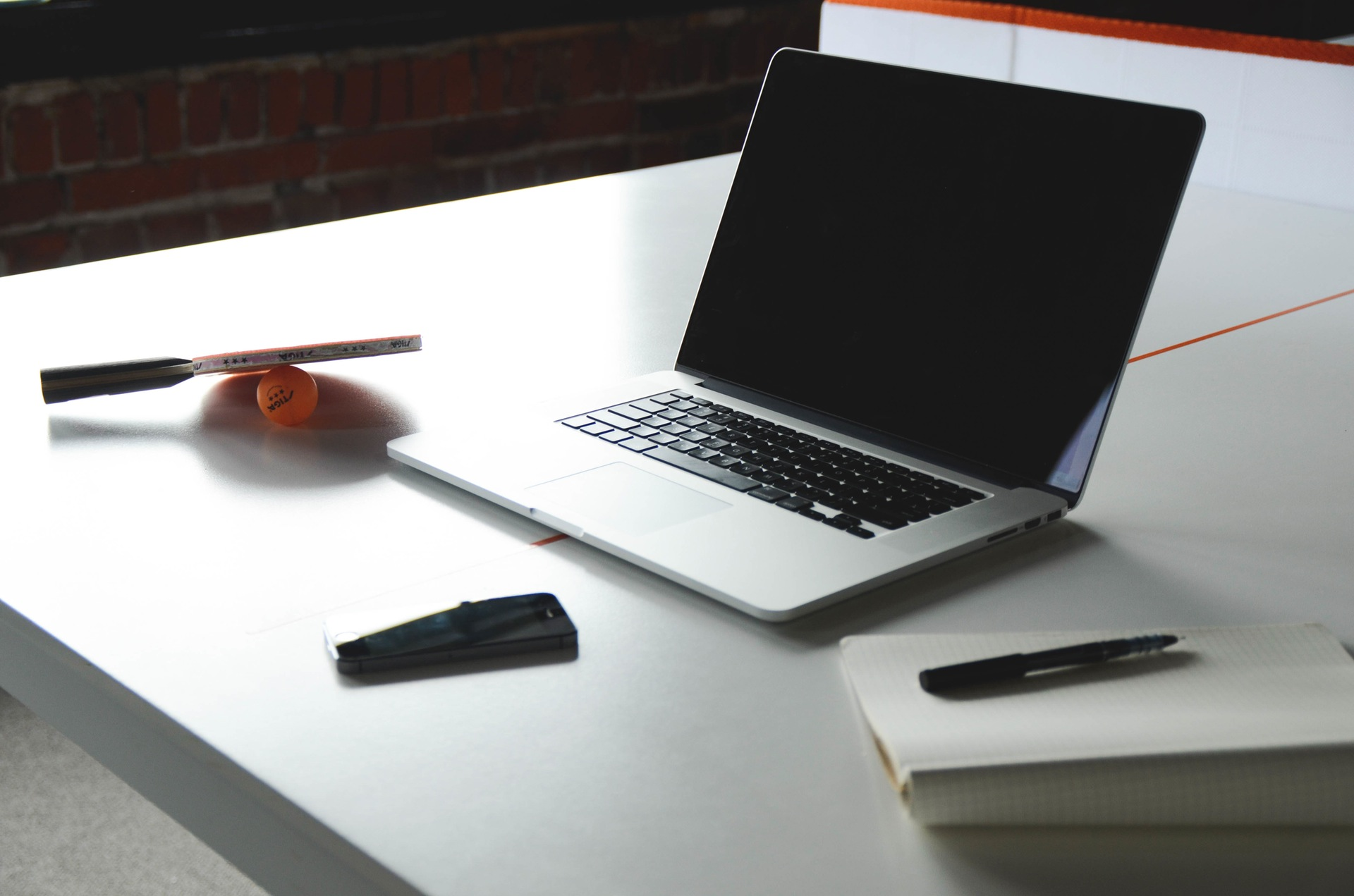 desk-notebook-office-macbook